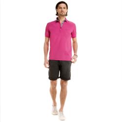 detalhe camisa polo masculina pink walter logo look completo