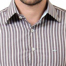 detalhe camisa listrada marrom fio egipio logo